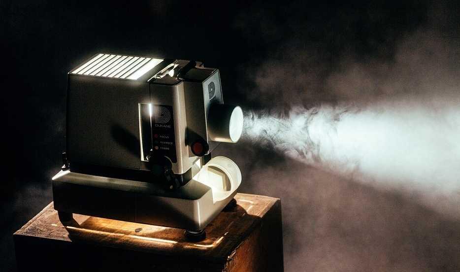 Старинный проектор на стуле